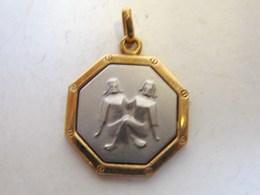Bijoux. 69. Médaille Octogonale Or Et Argent 16 K De Deux Personnages. - Pendentifs