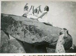 PHoto En 1937 De Jeunes Filles S'amurant Sur Et Autour D'un Rocher Genre Menhir A Identifier - Places
