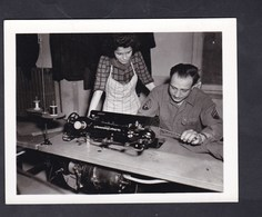 Photo Originale Guerre 39-45 U.S. Army 64th QM Base Depot Angelo F. Spinelli Repairs Sewing Machine à Coudre - War, Military
