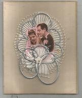 Carte Artisanale. Fleur Brodée, Couple De Jeunes Mariés, Ficelle Argentée. - Brodées