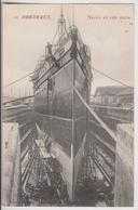 BORDEAUX (33) : NAVIRE EN CALE SECHE - DES OUVRIERS SUR ECHAFAUDAGES - ECRITE DE BORDEAUX BOURSE EN 1913 - 2 SCANS - - Bordeaux