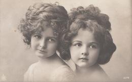 2 SEHR HÜBSCHE MÄDCHEN - Karte Um 1910 - Kinder