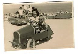 1948 Petite Photo Littoral / Côte Belge Fillette Et Sa Maman Dans Une Voiture à Pédales - Cuistax MITCHELL -  2 Scans - Automobiles