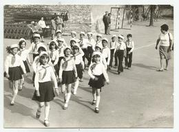 Students With Uniforms Marching And Sing Jn191-173 - Personnes Anonymes