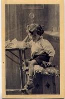 Bambina - Seduta Su Uno Sgabello - Formato Piccolo  Non Viaggiata - E 12 - Scene & Paesaggi