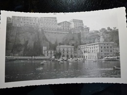 PHOTO ORIGINALE _ VINTAGE SNAPSHOT : PORT De SORRENTO & HOTEL EXCELSIOR VITTORIA _ CAPRI _ ITALIE _ 1957 - Lieux