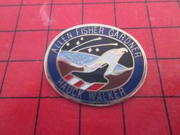 910b Pins Pin's  / Rare Et De Belle Qualité / THEME ESPACE : MISSION NAVETTE SPATIALE ALLEN FISHER GARDNER - Espace