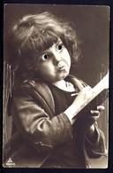 CP 5- RARE ENFANT AVEC YEUX EN VERRE  EN TRAIN D'ÉCRIRE-  CP-PHOTO DES ANNÉES 1920-30- TRES GROS PLAN- - Enfants