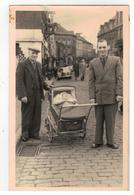 Tamines? Straatzicht Met 2 Mannen En Babykoets  Fotokaart 14x9 Cm - Cartes Postales