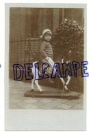 Photographie. Petite Fille Sur Un Petit Cheval à Roulettes - Jeux Et Jouets