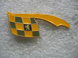 Pin's Du Lion Sur Un Damier Jaune Et Vert, Embleme Des Automobiles Peugeot - Peugeot