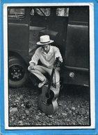 BOB DYLAN-assis Avec Sa Guitare à La Porte De Son Car Années 60- édition  Baulmes Années 80-édition - Artistes
