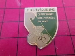 910c Pins Pin's  / Rare Et De Belle Qualité / THEME SPORTS : CYCLISME PUY LEVEQUE 1992 CHAMPIONNAT MIDI PYRENEES - Ciclismo