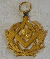 I111 - 9 - Bijoux Maçonnique - Equerre Compas Étoile Flamboyante Et Branches D'acacias - Religione & Esoterismo