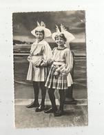Cp, 85 ,LES SABLES D'OLONNE , Folklore, Costumes Sablais ,sur Le Remblai , Voyagée 1955 ,ed. Gaby-Artaud - Sables D'Olonne