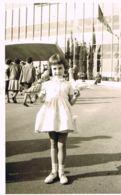 Photo Originale  Noir Et Blanc  -Jeune Enfant Fille   Aux Pigeons - Mode  - Format 13 X 9- Paypal Sans Frais - Persone Anonimi