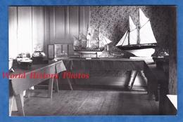 Photo Ancienne - Lieu à Situer - Exposition De Maquette De Bateau - Voilier Chalutier Drakkar Trois Mats Boat Ship - Barcos