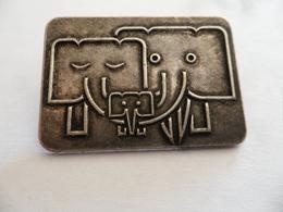 """(Sport, Association ?? - Insigne.....à Identifier) -  Animaux  """" Famille 3 Eléphants """"  (type Broche).....voir Scans - Unclassified"""
