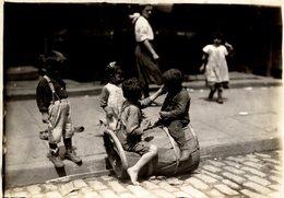 CHILDREN  POSSIBLY LONDON LONDRES  DURING WW1  NIÑOS KIDS   Fonds Victor FORBIN (1864-1947) - Fotos