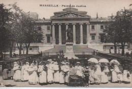 MARSEILLE  PALAIS DE JUSTICE ENFANTS ET  FEMMES DOS VERT - Groupes D'enfants & Familles