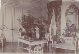 Photographie Anonyme Vintage Snapshot Femme Intérieur Bourgeoisie Riche - Personnes Anonymes