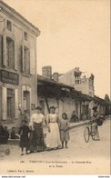 D47  TRENTELS  La Grande Rue Et La Poste  .......... Avec Facteur Sur Son Vélo - Postal Services