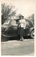 PHOTO ORIGINALE  JUIN 1940 FEMME ET AUTOMOBILE  FORMAT 13 X 8.50 CM - Automobili