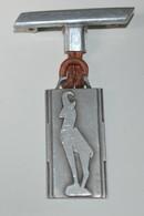 Rare Médaille En Aluminium Le Chamoix Le Roi De La Montagne Te Protège Art Déco - Badges & Ribbons