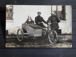 F11 - Carte Photo - Moto Avec Side-car En Osier - Deux Militaires Et Une Fillette - Motorräder