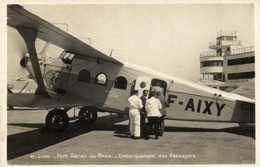 LYON  Port Aérien De Bron Embarquement Des Passagers RV - Aerodromes