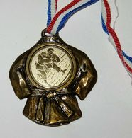 BELLE GROSSE MEDAILLE Art Martial JUDO KIMONO 5.6 X 5 CM - Sports De Combat