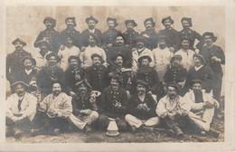 Militaire : Carte Photo : Groupe De Soldats : 28é Et 4é Régt. Chasseurs Alpins - Régiments