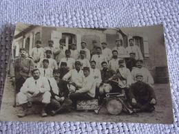 M/ WWI  RARE  CARTE PHOTO Soldats UNIFORME   LES POILUS 1914/1915 SOLDAT TENANT JOURNAL L HUMANITE - Guerre 1914-18
