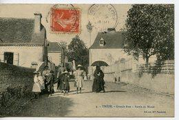 1157. CPA 64 THEZE. CARTE ENTIEREMENT DEDOUBLEE. GRANDE RUE. SORTIE DE MESSE - Francia
