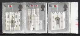 GB GREAT BRITAIN - 1969 CAERNARVON CASTLE 5d HORIZONTAL STRIP OF 3 STAMPS FINE MNH ** SG 802a - Unused Stamps