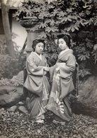 HEISHA GIRLS CLAD IN FULL ATTIRE JAPON JAPAN JAPANESE  Fonds Victor FORBIN (1864-1947) - Sin Clasificación