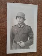 Carte Photo - Soldat Allemand Insigne Nazi Traversé Par Une épée? Divers Autres Dont Aigle, Casque, Uniforme 1942 - Guerra 1939-45
