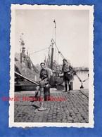Photo Ancienne Snapshot - Port à Situer - Portrait De Jeune Homme Sur Le Quai - Bateau Boat Pêche Phare Calais ? - Bateaux