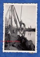 Photo Ancienne Snapshot - Port à Situer - Portrait De Jeune Homme Surun Bateau Boat Pêche - Nord ? Calais ? - Bateaux