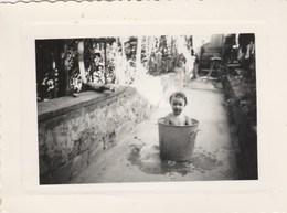 Photo Format 10,5 X 8 Cm - 1955 - Enfant Bébé Dans Une Lessiveuse - 2 Scan - Photos