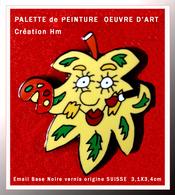 SUPER PIN'S ART-PALETTE PEINTURE : Création SUISSE Signé Hm PALETTE Artiste Forme Feuille émail Noire + Vernis 3,1X3,4cm - Personnes Célèbres