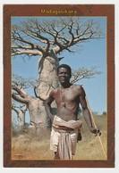 Collection Visages De Madagascar N°108 Madagasikara Homme Devant Bel Arbre - Madagascar