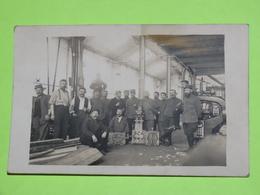 PHOTO Carte Postale Vers 1914 - Tenues Vestimentaires Armée Guerre - Usine Fonderie / 59 - Automobile