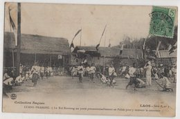 8763 Laos Luang Prabang Le Roi Sisavong Est Porté Processionnellement Au Palais Pour Y Recevoir La Couronne - Laos