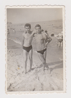 #54564 Vintage Orig Photo Two Awesome Man Guys Swimmers Affectionate Beach Portrait - Personnes Anonymes