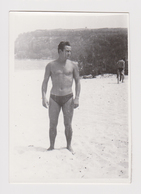 #54561 Vintage Orig Photo Muscular Man Guy With Swimming Trunks Beach Portrait - Personnes Anonymes