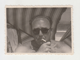 #23671 Vintage Orig Photo Good Looking Man With Shades Lighting Cigarette Beach Pose - Personnes Anonymes
