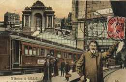 Fantaisie J'Arrive à  LILLE Et Vous Envoie Le Bonjour Gare Train Monument  De Lille Colorisée RV - Lille