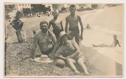 REAL PHOTO Ancienne Beach Family, Man Woman Boy Kids Homme Femme Garcon Enfants Sur La Plage. Srebrno Dubrovnik ORIGINAL - Personnes Anonymes