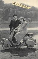 Vespa Uomo E Donna Con Vespa Anni 50 (formato Piccolo) - Motorfietsen